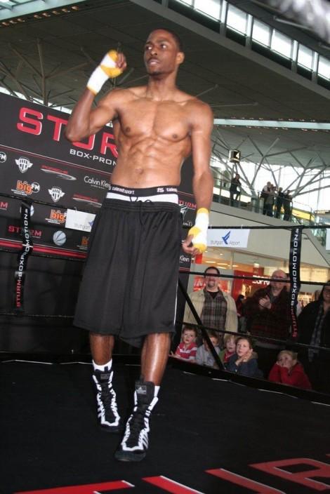 Felix Sturm beim Boxtraining am Flughafen