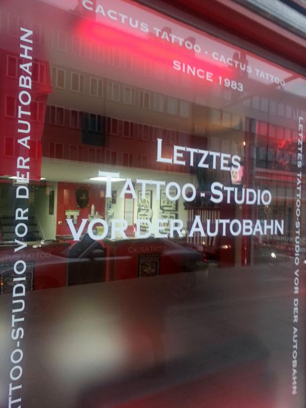 Letztes Tattoo-Studio vor der Autobahn