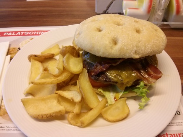 XXXL Möbelhaus - Cheeseburger mit Bacon