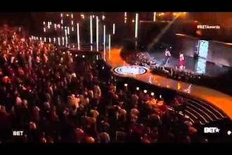 P. Diddy fällt in ein Bühnenloch