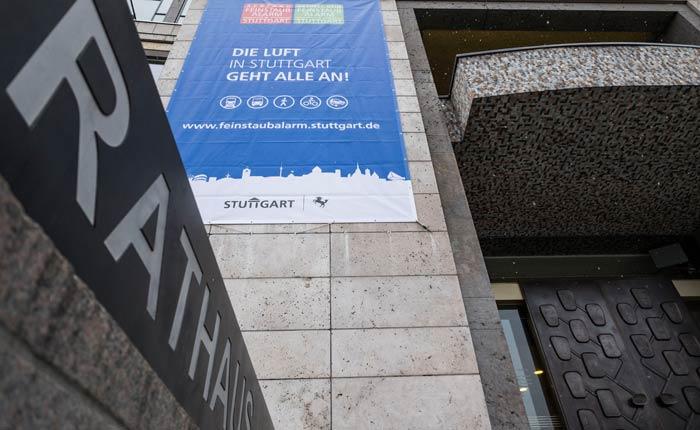 LHS-Feinstaub_Alarm_Banner-am-Stuttgarter-Rathaus-160116